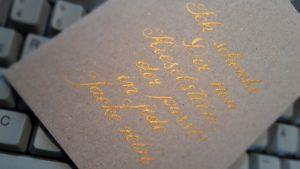 Geschenkkarte. Handschrift mit Feder, Tinte gold auf Karton
