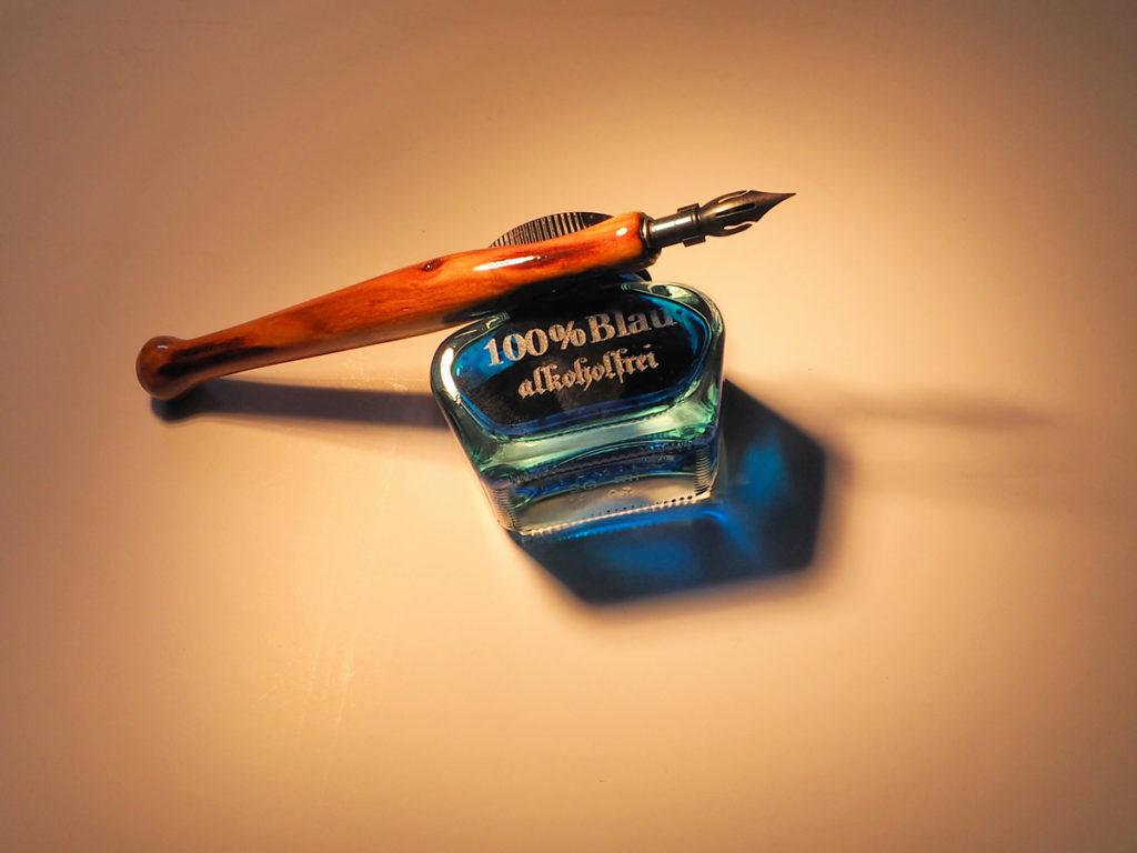 Tintenglas und Federhalter