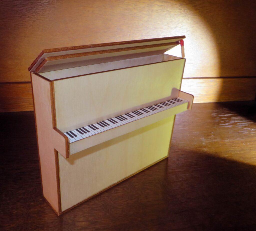 Geschenkbox Piano. Sonderanfertigung.