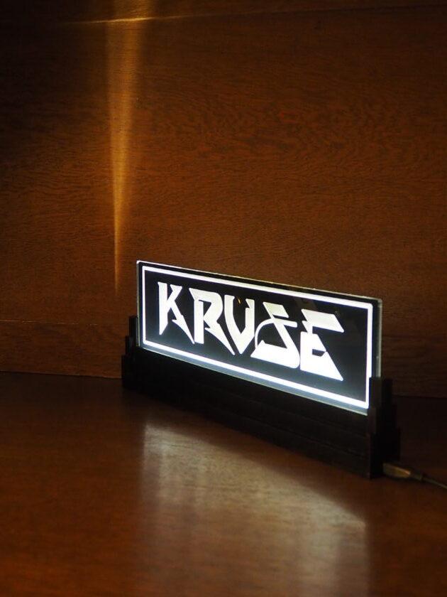 Lasercut und Lasergravur in Acryl, beleuchteter Aufteller mit Logo.